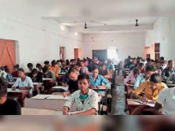 इंटर सेंटअप परीक्षा में शामिल छात्र-छात्राएं। - Dainik Bhaskar
