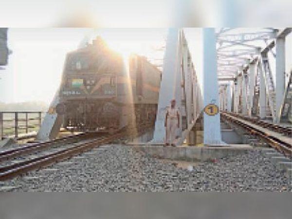 रेलवे पुल पर लगी सुरक्षा बल की ड्यूटी। - Dainik Bhaskar
