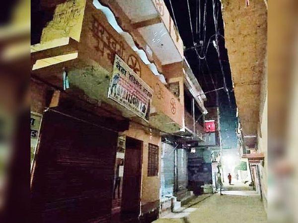 पुलिस ने परिचित से खुलवाया दरवाजा : पुलिस को देख घबराई लड़की पहले वाले मकान के प्रथम तल (लाल घेरा) से कूद गई। लड़का आगे के तीन घर बाद के मकान के तीन मंजिले छत (सफेद घेरा) से कूद गया। - Dainik Bhaskar