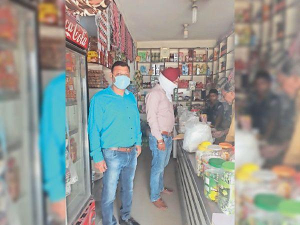 नगर काउंसिल की टीम पॉलिथीन कैरी बैग को लेकर दुकानों पर जांच करते हुए - Dainik Bhaskar