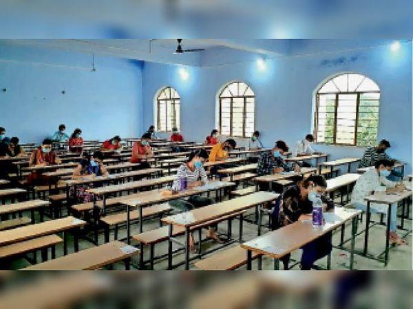 परीक्षा केंद्रों पर सब्सिडियरी के विषयों की परीक्षा देते परीक्षार्थी। - Dainik Bhaskar