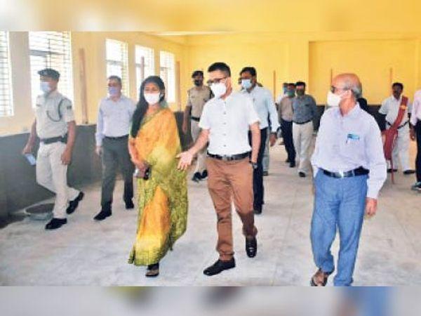 पूर्णिया इंजीनियरिंग में वज्रगृह निर्माण कार्य का निरीक्षण करती आयुक्त। - Dainik Bhaskar