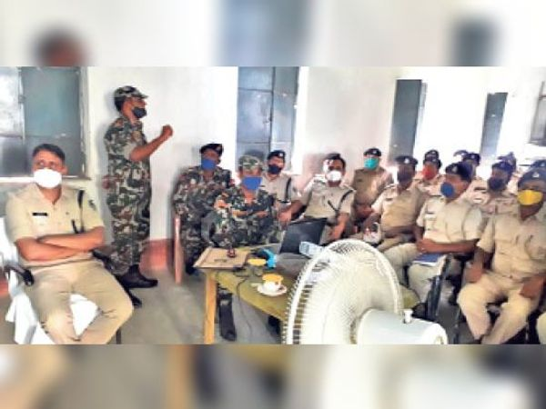 जिले के पुलिसकर्मियों को बम डिफ्यूज करने की जानकारी देते एसटीएफ के जवान। - Dainik Bhaskar