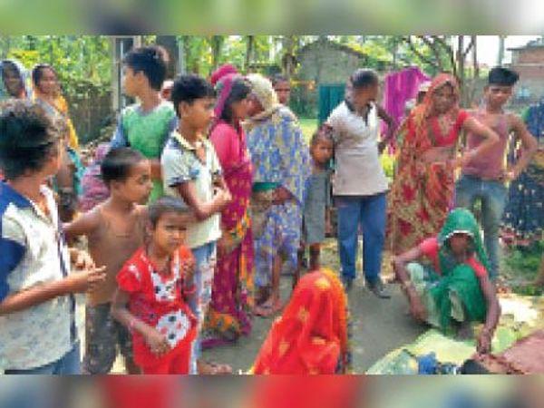 नदी से मृतक बालक की शव बरामद होने के बाद मौजूद लोग। - Dainik Bhaskar