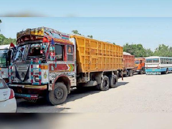सिरसा।  चालान काटने के बाद बस स्टैंड में खड़े किए वाहन। - Dainik Bhaskar