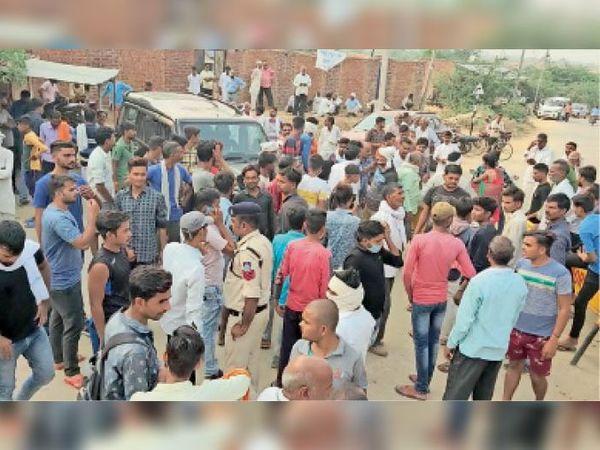 सिहोनियां थाने का घेराव करती भीड़ व मौके पर मौजूद पुलिस अधिकारी। - Dainik Bhaskar