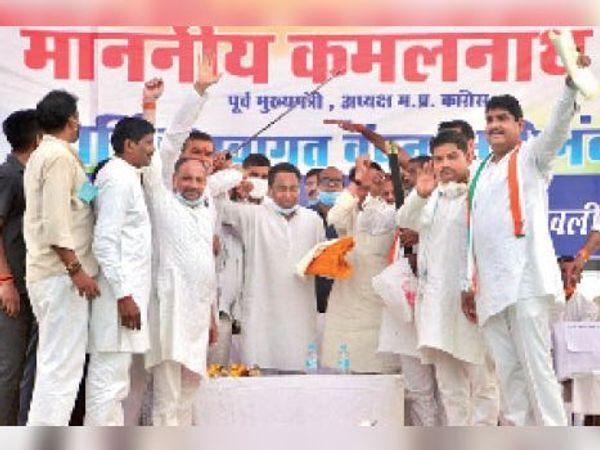 चुनावी सभा में भेंट में मिली तलवार लहराते हुए पूर्व सीएम कमलनाथ। - Dainik Bhaskar