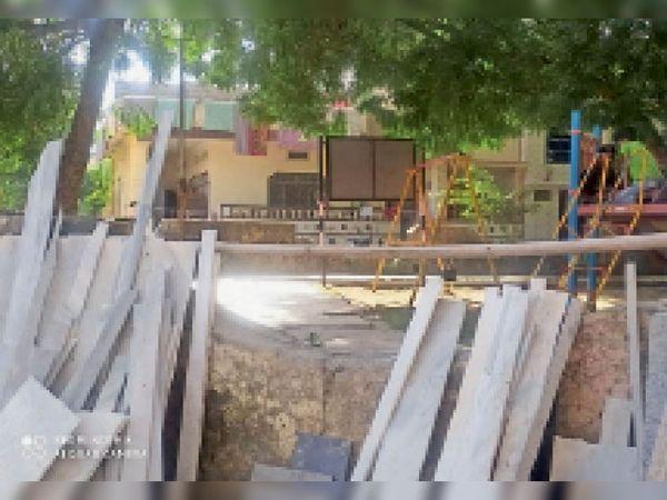 सेक्टर एक के पार्क में टूटे झूले व दरकती दीवारें - Dainik Bhaskar
