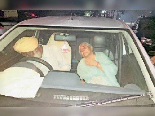 अस्पताल के बाहर गाड़ी में विलाप करते तलवंत के माता-पिता। - Dainik Bhaskar