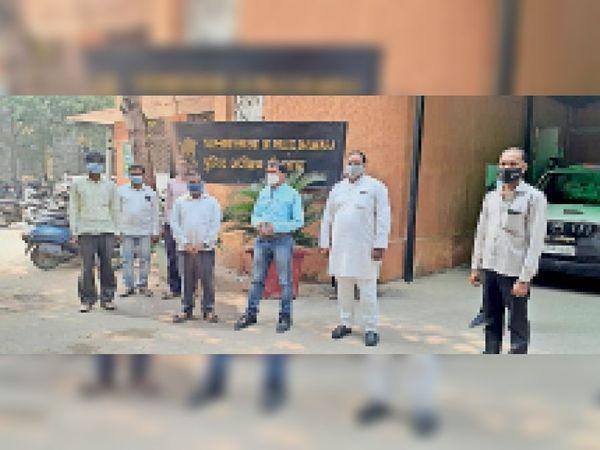 बोरड़ा के सरपंच के मामले में एसपी को ज्ञापन देने पहुंचे लोग - Dainik Bhaskar
