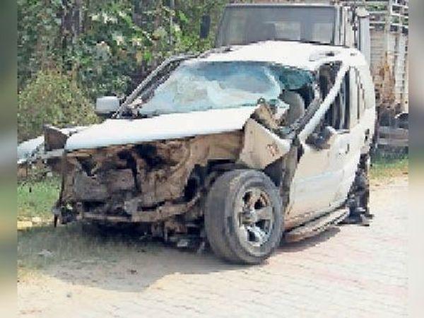 कैंट के जीटी राेड पर हादसे में क्षतिग्रस्त गाड़ी। - Dainik Bhaskar