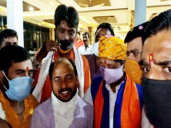 शाजापुर में भाजपा कार्यकर्ताओं ने मालवी पगड़ी पहनाकर कैलाश विजयवर्गीय का स्वागत किया। - Dainik Bhaskar