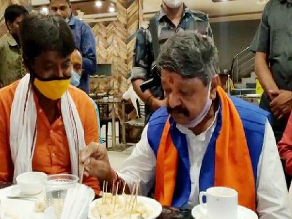 भाजपा के राष्ट्रीय महासचिव और पश्चिम बंगाल प्रभारी कैलाश विजयवर्गीय ने कार्यकर्ताओं के साथ नाश्ता किया और चर्चा की।