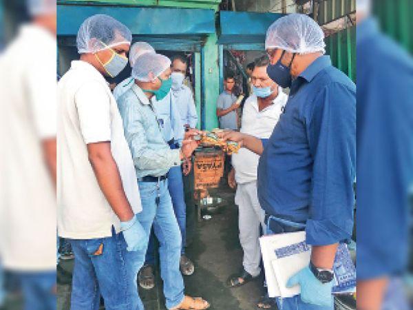 फूड इंस्पेक्टर के नेतृत्व में फूड सेफ्टी टीम ने जांच अभियान चलाया। - Dainik Bhaskar