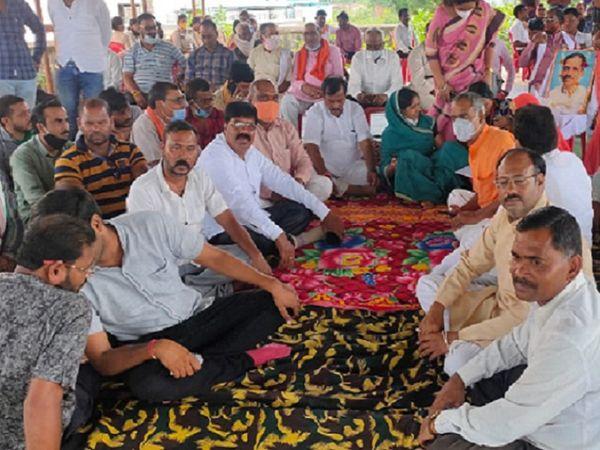 छत्तीसगढ़ के दुर्ग सांसद विजय बघेल गिरफ्तारी के बाद बुधवार से ही अनशन पर बैठ गए हैं। दूसरी ओर गुरुवार को लोअर कोर्ट ने तीनों भाजपा नेताओं की जमानत अर्जी खारिज कर दी। - Dainik Bhaskar
