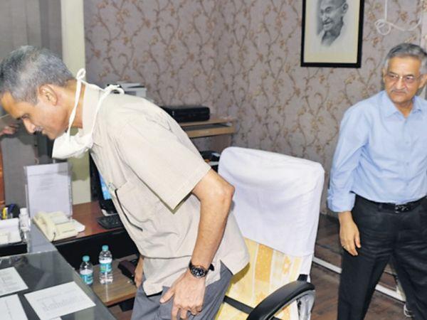 पूर्व डीजीपी भूपेंद्र यादव ने बुधवार काे आरपीएससी के नए अध्यक्ष का कार्यभार संभाला। इस दाैरान पूर्व अध्यक्ष दीपक उप्रेती के साथ यादव। - Dainik Bhaskar