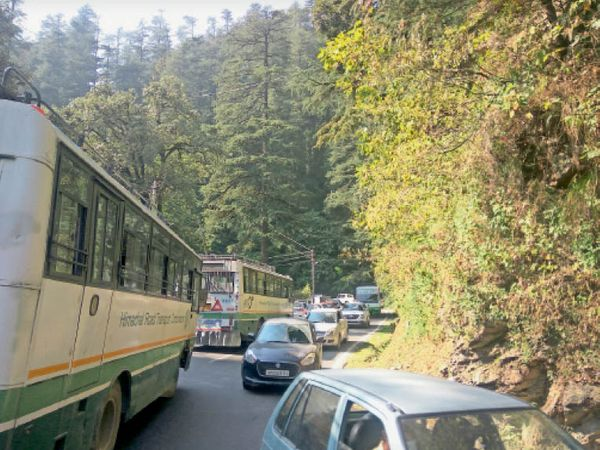 छोटा शिमला में बुधवार को पेट्रोल पंप के पास ट्रैफिक जाम में फंसे वाहन। - Dainik Bhaskar