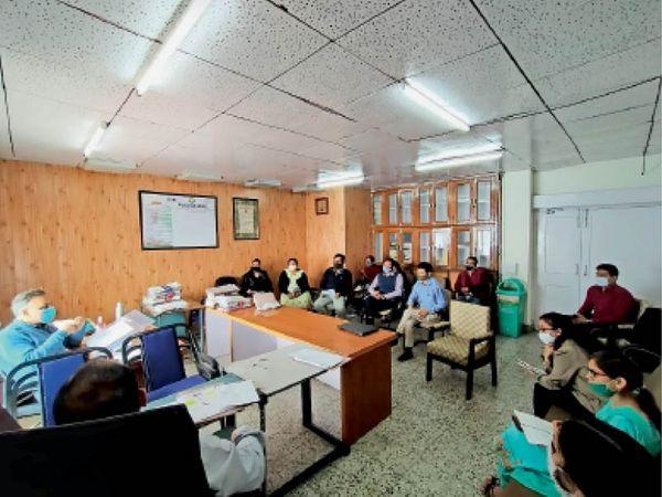 नगर निगम की सेवाएं ऑनलाइन करने के लिए बुधवार को आयोजित बैठक में मौजूद आयुक्त पंकज राय और बाकी अधिकारी। - Dainik Bhaskar