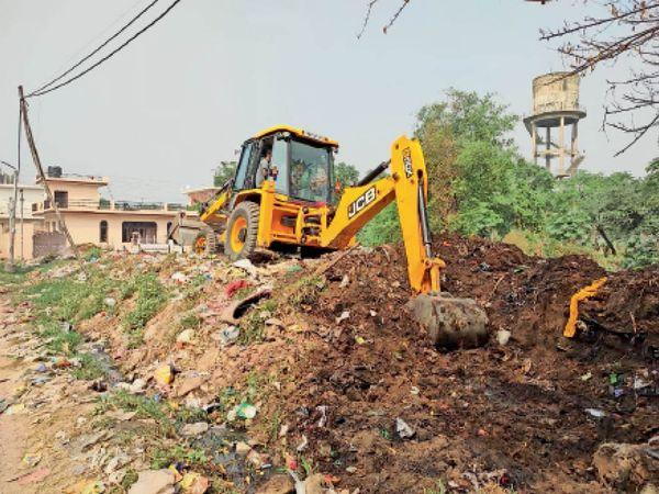 गांव जंडपुर में सफाई करवाते हुए बंगड़ व अन्य - Dainik Bhaskar