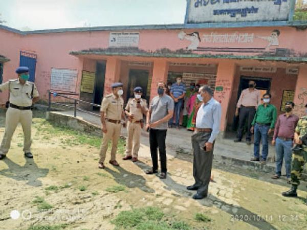 पुलिस पर्यवेक्षक मतदान केंद्रों का निरीक्षण करते। - Dainik Bhaskar