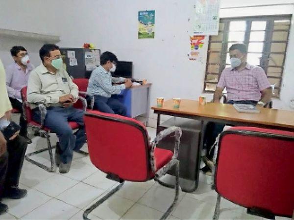 बैठक करते कृषि सह पशु एवं मत्स्य संसाधन विभाग के सचिव। - Dainik Bhaskar