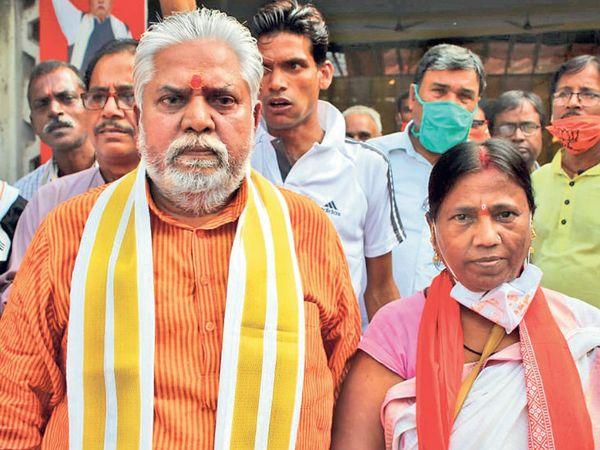 गया शहर से लड़ रहे बीजेपी नेता प्रेम कुमार की पत्नी प्रभावती देवी 40 सालों से पति के साथ प्रचार में जाती हैं। - Dainik Bhaskar