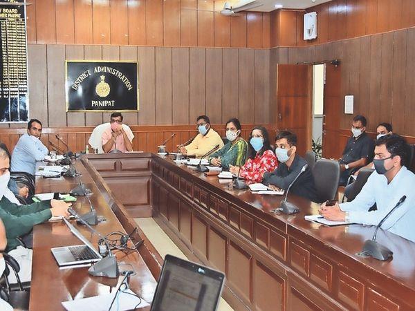 पानीपत. लघु सचिवालय में अधिकारियाें की मीटिंग लेते डीसी - Dainik Bhaskar