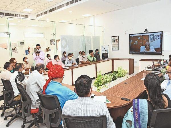 हिसार. वर्चुअल कृषि मेले के समापन पर कार्यक्रम में वीसी प्रो. समर सिंह, डॉ. आर. एस. हुड्डा, डॉ. एस.के. सहरावत व अन्य। - Dainik Bhaskar