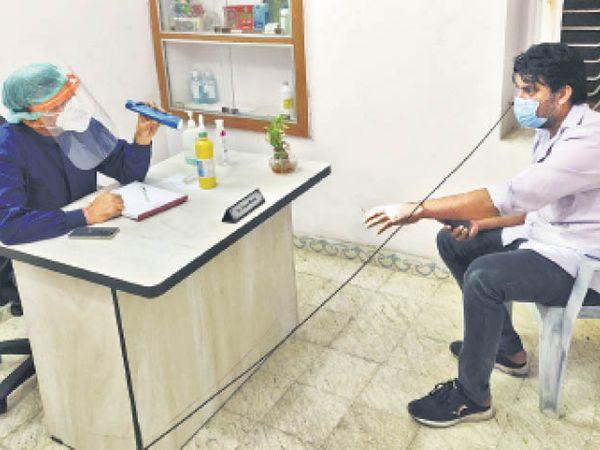 डॉक्टर-मरीज में बढ़ी दूरी, मरीज को देखना कम पूछना ज्यादा। - Dainik Bhaskar