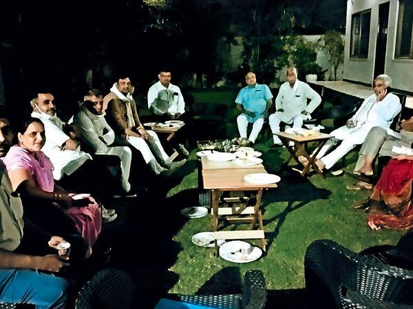 मेयर मनमोहन गोयल के आवास पर बैठक करते पूर्व सहकारिता मंत्री मनीष ग्रोवर व भाजपा से जुड़े पार्षद। - Dainik Bhaskar