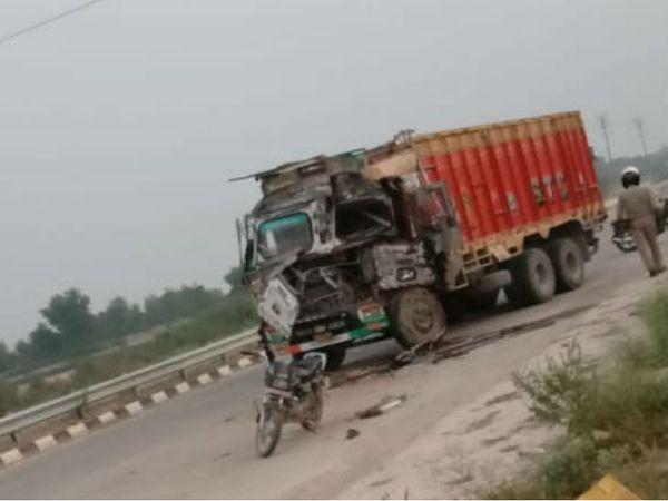 सारनाथ में हादसे के बाद ट्रक के परखच्चे उड़ गए। - Dainik Bhaskar
