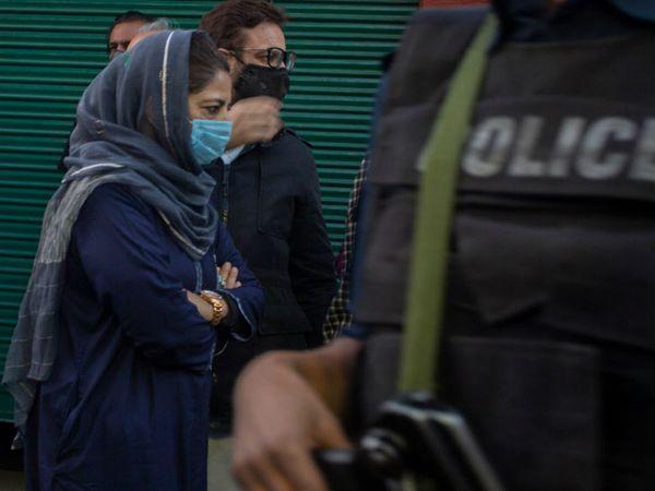 हाल ही में जम्मू-कश्मीर की पूर्व मुख्यमंत्री महबूबा मुफ्ती को रिहा किया गया है। वह 14 महीने से हिरासत में थीं। फोटो आबिद भट्ट - Dainik Bhaskar