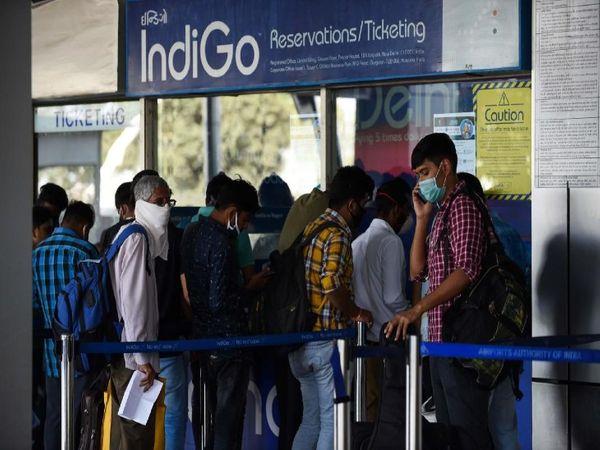 इंडिगो ने कहा है कि हम यात्रियों को सरकारी निर्देशों के मुताबिक उत्साहित कर रहे हैं ताकि वे मोबाइल ऐप या वेबसाइट का उपयोग करें। कंपनी ने कहा कि बुकिंग चाहे कभी भी की गई हो, चार्ज उस पर लागू हो जाएगा - Dainik Bhaskar