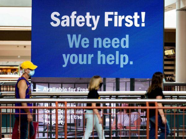न्यूयॉर्क में दोबारा मॉल खोले जाने के बाद लोग मास्क पहने नजर आए। एक पोस्टर के जरिए लोगों से कोरोना से बचाव में मदद के लिए अपील की जा रही है। -फाइल फोटो - Dainik Bhaskar