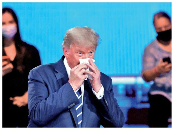 नॉर्थ कैरोलिना की रैली में ट्रम्प ने कहा कि हमेशा मास्क लगाने वाले लोग ज्यादा संक्रमित होते हैं, जबकि ट्रम्प खुद असहज दिखे। - Dainik Bhaskar