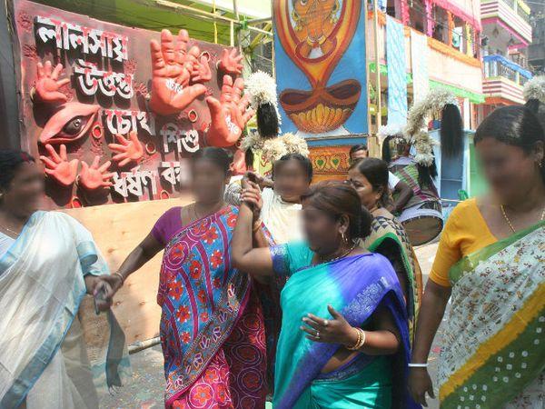 सेक्स वर्कर का सबसे बड़ा संगठन दुर्बार महिला समन्वय समिति (डीएमएसएस) भी पूजा में मदद करता है। यह देश में सेक्स वर्कर्स की ओर से आयोजित की जाने वाली पहली और एकमात्र दुर्गापूजा है।