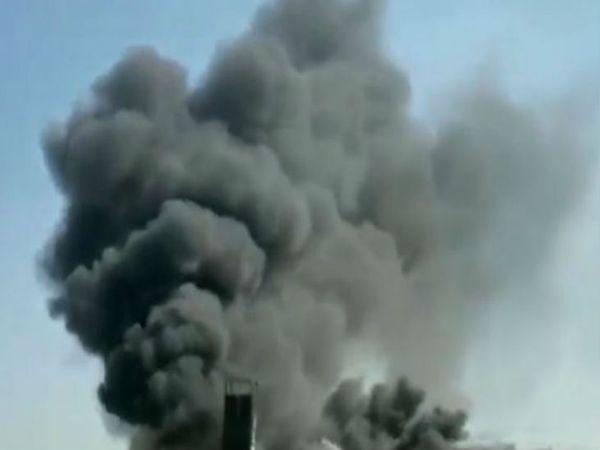 उत्तर प्रदेश में मेरठ के खरखौदा में एक केमिकल फैक्ट्री में अचानक आग लग गई जिससे आसपास केइलाके में अफरा तफरी का माहौल पैदा हो गया। - Dainik Bhaskar