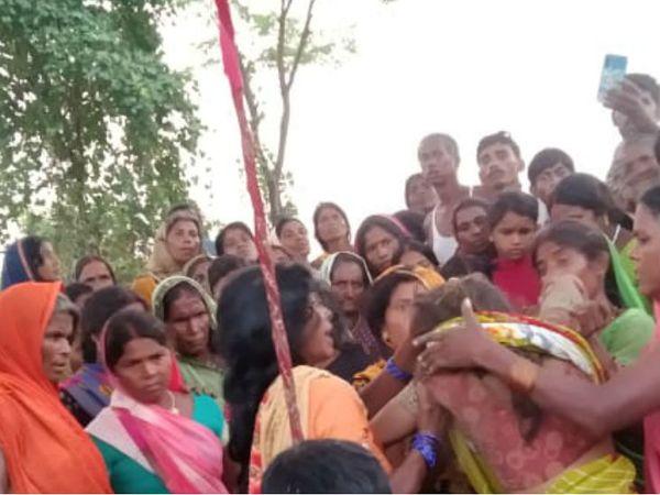 यह फोटो गाजीपुर की है। युवक द्वारा फांसी लगाए जाने के बाद रोते बिलखते परिजन। - Dainik Bhaskar