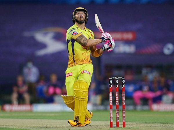 फाफ डु प्लेसिस भी इस मैच में कुछ खास नहीं कर सके और 10 रन बनाकर आउट हुए।