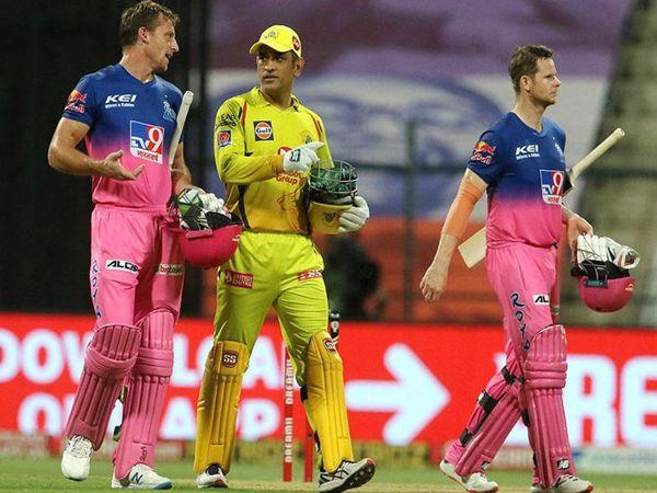 मैच के बाद बटलर और धोनी बात करते हुए। बटलर और स्मिथ ने चौथे विकेट के लिए नाबाद 98 रन की पार्टनरशिप की।