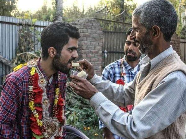 कश्मीर में दोहरे लॉकडाउन और आर्थिक दिक्कतों के बाद भी युवाओं ने नीट की परीक्षा में सफलता हासिल की है। - Dainik Bhaskar