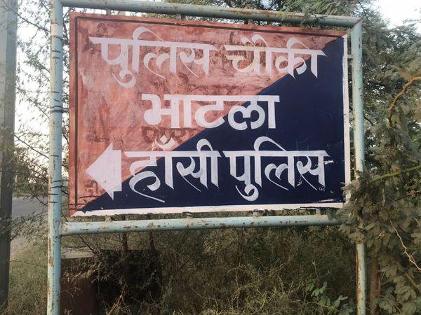 गांव दो हिस्सों में बंटा है। सवर्ण और दलित। सवर्णों की आबादी दलितों से कुछ ज्यादा है। उनके पास जमीनें हैं और दलित सदियों से उनके खेतों पर मजदूरी करते रहे हैं।