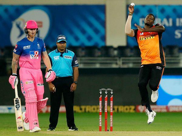सनराइजर्स हैदराबाद के लिए सीजन का पहला मैच खेल रहे जेसन होल्डर ने राजस्थान के बल्लेबाजों को कोई मौका नहीं दिया। उन्होंने 3 बल्लेबाजों को आउट किया।