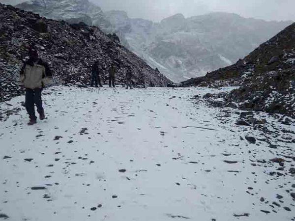 हिमाचल के केलांग में बर्फबारी से एचआरटीसी बस सेवा बंद कर दी गई है।