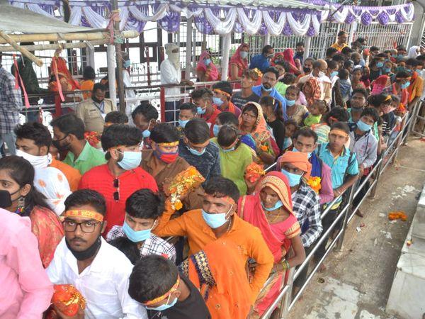 मध्य प्रदेश के मैहर में तड़के 4 बजे से ही देवी मां के मंदिर के पट खोल दिए गए। दर्शनों के लिए लोगों की कतार सीढ़ियों से नीचे तक देखी जा सकती है। - Dainik Bhaskar