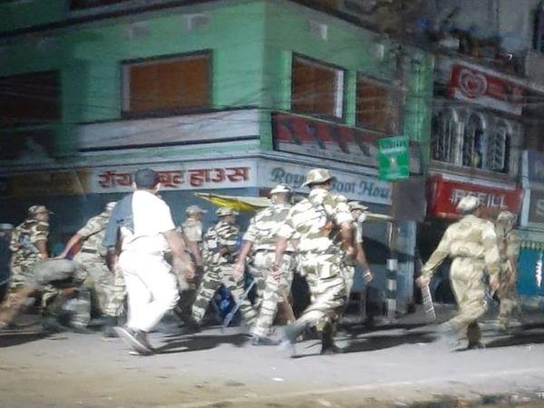मुंगेर में बवाल के बाद सुरक्षाबलों का मार्च। - Dainik Bhaskar