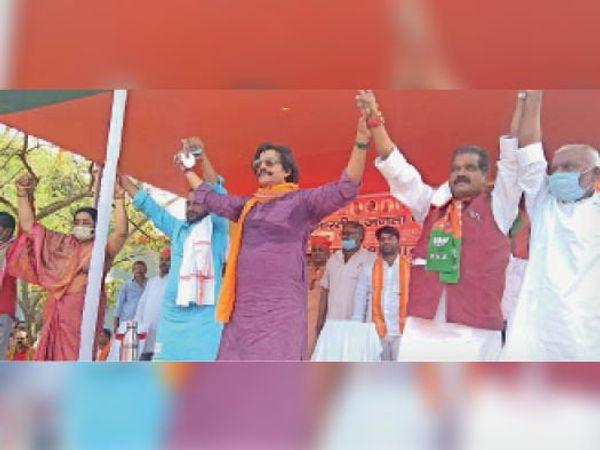 कार्यक्रम में शामिल गोरखपुर सांसद, भाजपा प्रत्याशी व अन्य। - Dainik Bhaskar