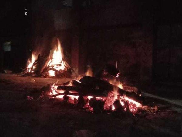 राजधानी के मुक्तिधामों में चिताएं रात को भी जल रहीं हैं। - Dainik Bhaskar