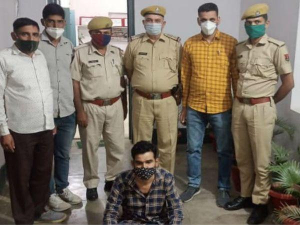 पुलिस गिरफ्त में हत्या का आरोपी। - Dainik Bhaskar
