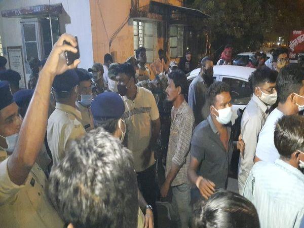 मौत से नाराज लोगों ने पंडरी थाना घेरा। - Dainik Bhaskar